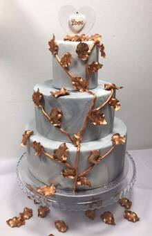 Tarta Marmolada decorada con hojas de pasta de goma pintadas a mano.