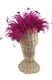 Diadema con plumas en color fucsia a modo de corona. Alquiler o compra.