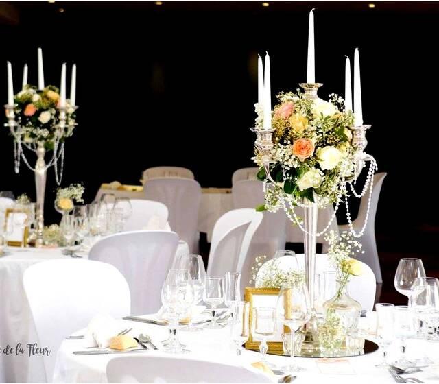 Centre de tables avec Chandeliers dorés - Miroirs et colliers de perle