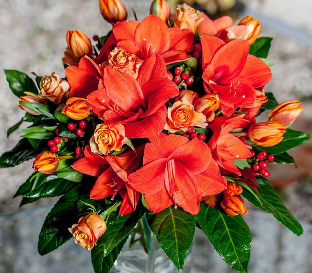 Bukiet ślubny z pomarańczowych kwiatów