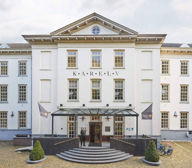 Grand Hotel Karel V hoofdingang