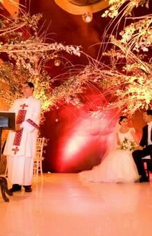 Federico Leon Pinatte - Decorador de Bodas Boda Religiosa en el Centro de Puebla. Boda mixta hicimos un bosque de ensueño para la boda. Pusimos 4 arboles blancos y detras iluminacion a los arboles en la parte trasera.