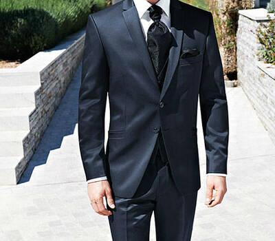 Beispiel: Herrenanzüge von bekannten Markenherstellern, Foto: Hochzeitssalon Jereb.