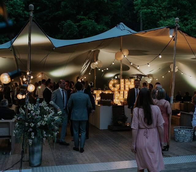 Feesten in een tent in de tuin