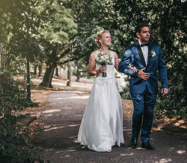 Een net getrouwd stel, lopend over de Monnikendam in Amersfoort.