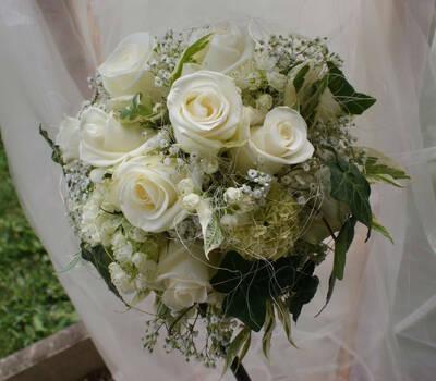 Beispiel: Brautstrauß mit weißen Rosen, Foto: Floraswelten.