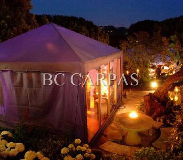 Carpa para baño, totalmente equipada e integrada en el espacio del jardín. Muy recomendable para la gente que busca la estética en su boda
