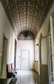 Corridoio centrale con ampie vetrate e veduta sul giardino interno
