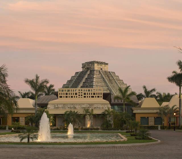 IBEROSTAR Paraíso Maya es el lugar ideal para el destino de tu boda. Celebra tu día en este lujoso resort con servicios 5 estrellas, magníficas instalaciones y paquetes diseñados para hacer tu evento inolvidable.