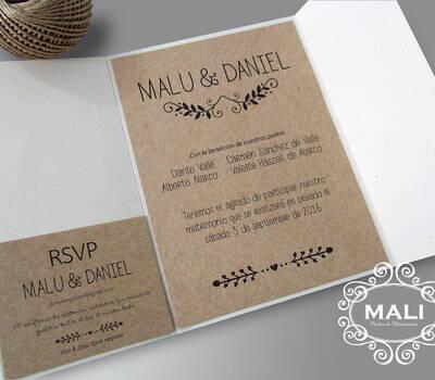 Perfecta combinación de cartulinas ecológicas. Parte doblado a triptico, soguillas y tarjetita con nombre de invitados impresa.