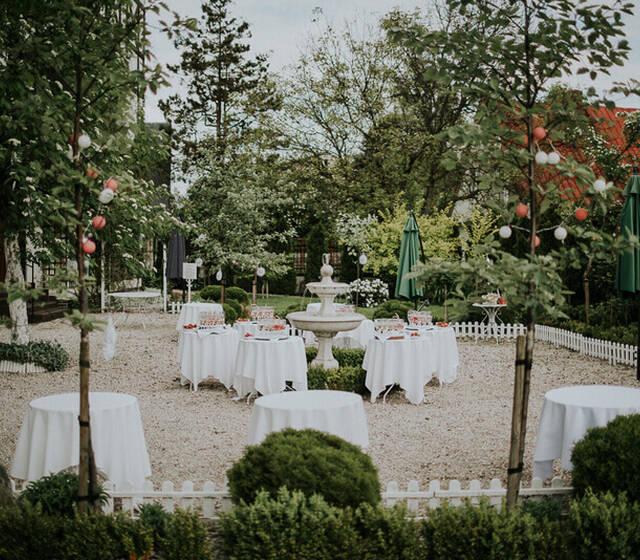 Kawiarnia w ogrodzie różanym