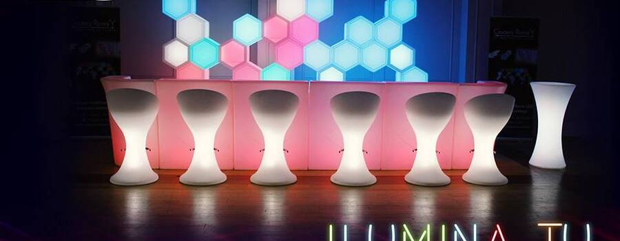 Bar Led con pared de hexágonos,  sillas altas a batería con duración de 8 horas. (Productos se arriendan por separado)