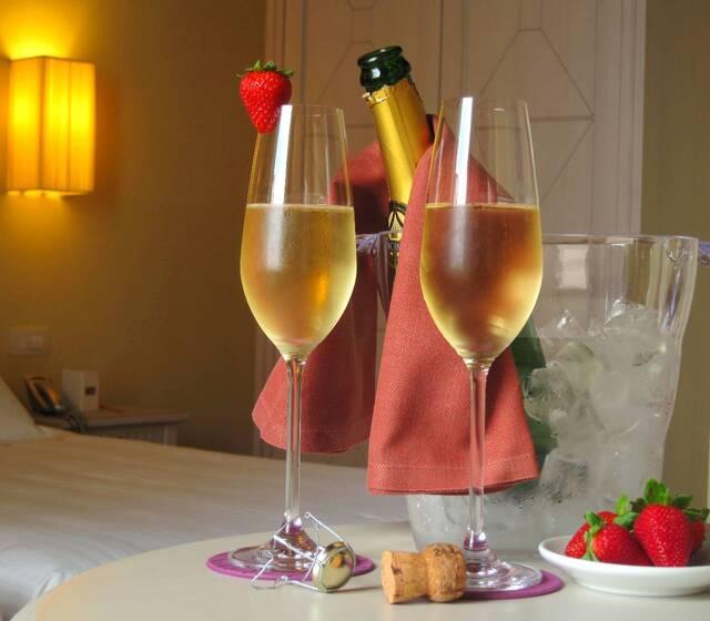 Fragole e champagne nella camera degli sposi, ospiti all'Hotel Certaldo (Toscana)