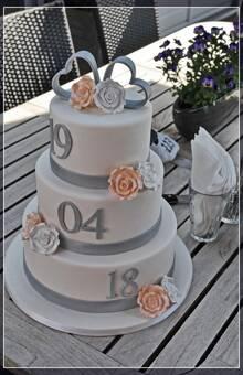 Bruidstaart met datum en handgemaakte harten topper en rozen