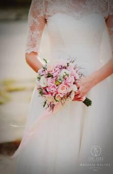 Różowy, pastelowy bukiet ślubny fot. http://nataliakalina.pl/
