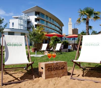 Beispiel: Außenansicht - Strandbar und Hotel