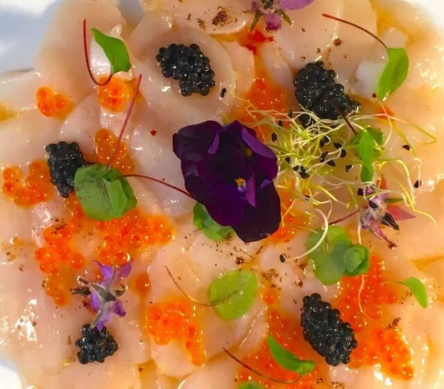 Carpaccio de Saint Jacques, œufs de saumon, poivre timut - Deval Traiteur