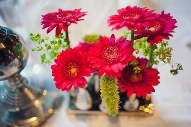 Decoración florar de boda con gerberas rojas
