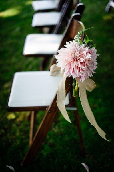 Krzesło udekorowane kwiatem, Foto: Aaron Courter Photography