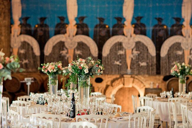 Tavolo in stile rustico con centrotavola alti