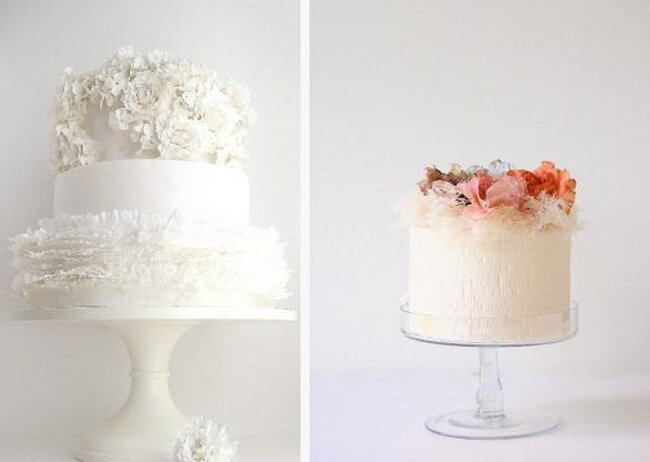 Dos ponqués de boda en blanco y melocotón decorados con flores