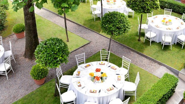 Allestimenti che profumano d'estate. Foto via Four Seasons Hotel Milan