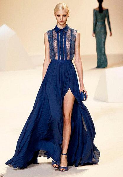 Vestido de fiesta largo en tono azul marino con cuello camisero y transparencias
