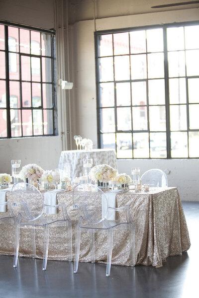 Já pensou em usar cadeiras transparentes no seu casamento? Fica um charme!