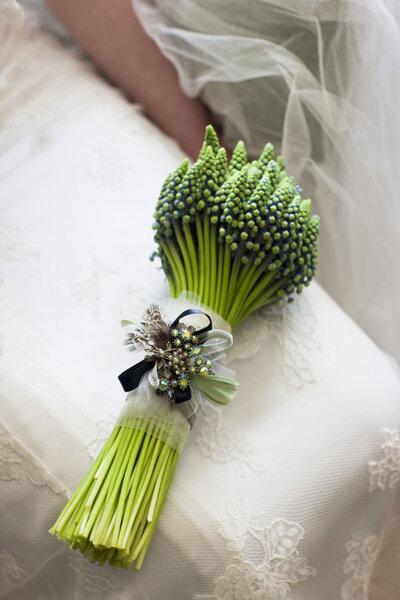 Prosty, zielony bukiet ślubny, Foto: Zita Elze