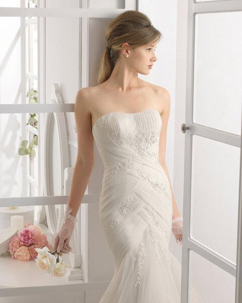 Suknia ślubna podkreślająca sylwetkę Panny Młodej, Foto: Aire Barcelona 2015