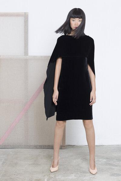 Vestido curto de veludo e seda sem mangas, com capa integrada