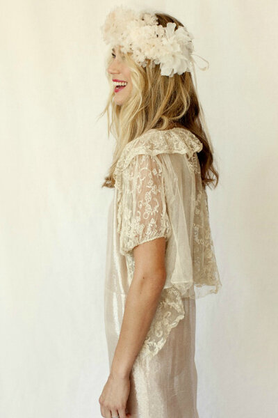 Koronkowa suknia ślubna i wianek. Sklep Stone Fox Bride.