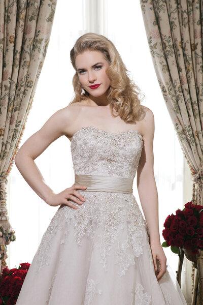 Schulterfreies Brautkleid in A-Linie mit Stickereien und Taillenband!