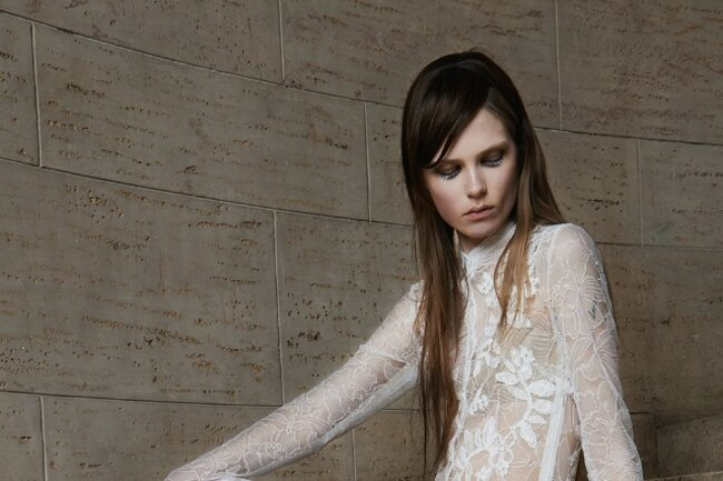 Vestido largo ceñido con detalles de encaje y bordados.