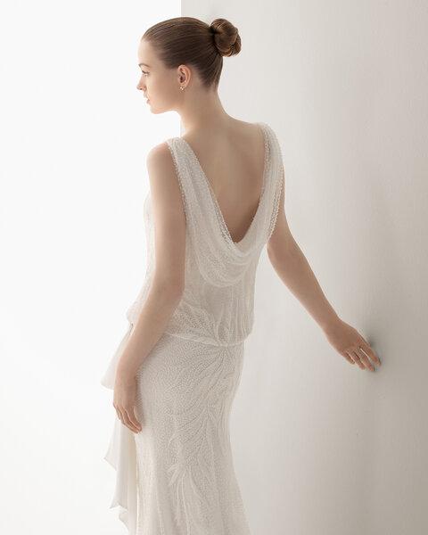 Vestido IAN con espalda holgada.