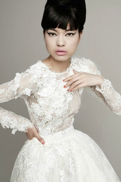Brautkleid von Yolan Cris –  voller Details aus Spitze, Stickereien und Stoffblumen.