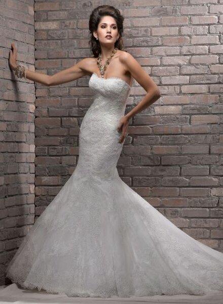 Vestido de noiva com renda, de Maggie Sottero, coleção Divina 2013. . Foto: www.maggiesottero.com