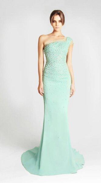 Vestido de novia largo en color menta con escote de un sólo hombro