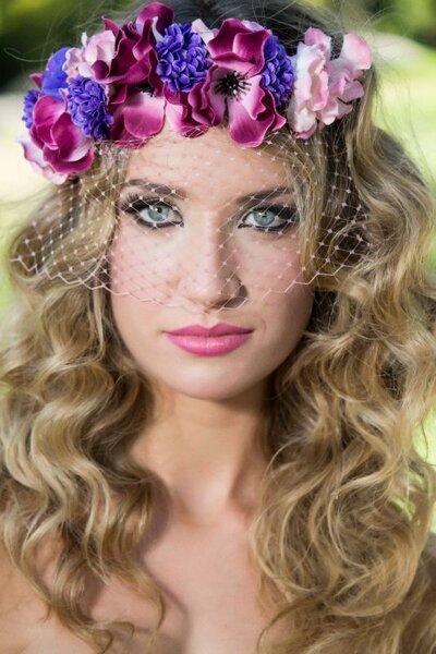 peinado con pelo rizado y corona de flores
