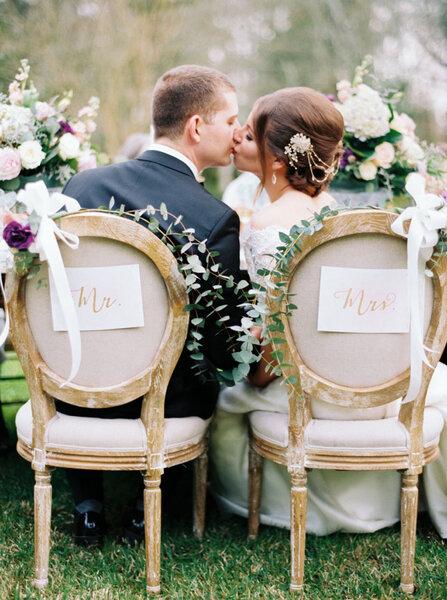 Detalles envejecidos en el acabado de las sillas, usa las flores más hermosas para complementarlas.