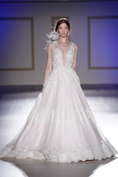 Vestidos de novia con escote en V: diseños para resaltar tu lado más ...
