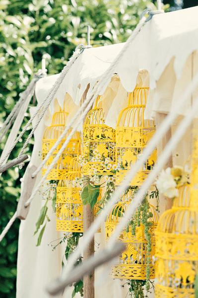 Hochzeitsdeko in Gelb für eine Sommerhochzeit. Foto: Dottie ...