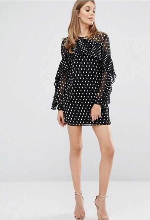 Con que combinar vestido negro con lunares blancos