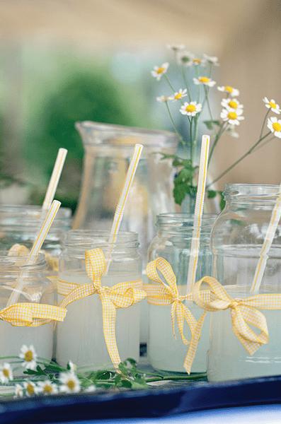 Hochzeits-Dekoration: Gelbe Schleifen, Foto: Dottie Photography