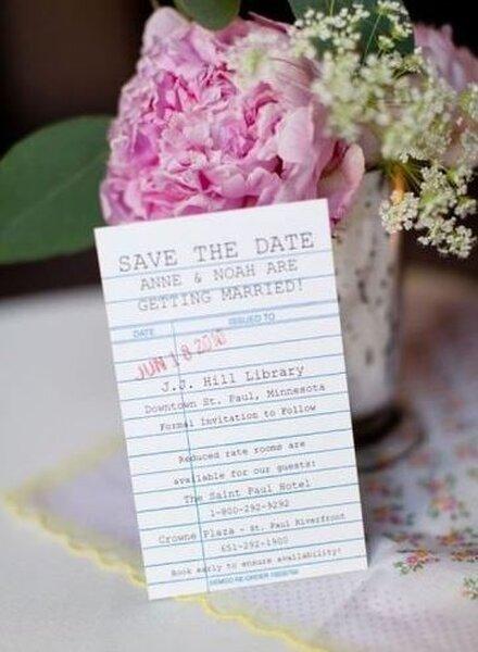 Save the Date przypominający kartkę z zeszytu szkolnego.