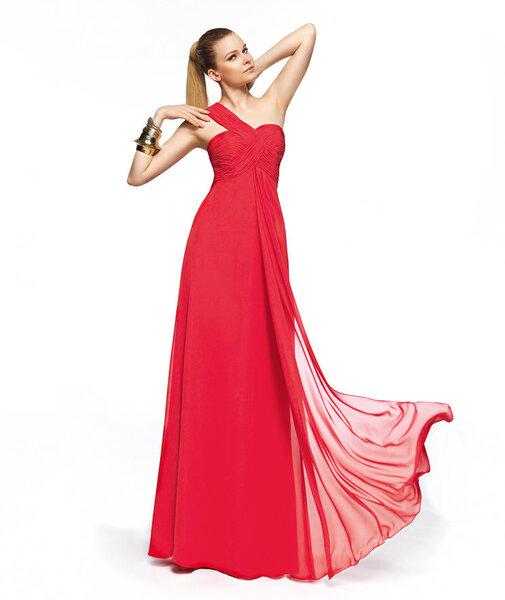 Vestido de fiesta largo en color rojo con escote asimétrico, un tirante y fruncidos en la parte del corpiño modelo Zelig