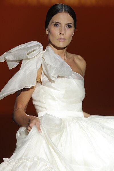 Vestidos de novia 2015 con inspiraciones arquitectónicas de Juana Martín