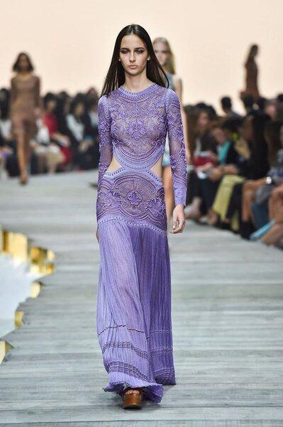 vestido largo en morado con aperturas en la cintura