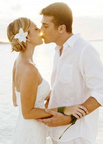 Un brazalete de piel será perfecto para combinar con su look - Foto: Bora Bora wedding Photographer