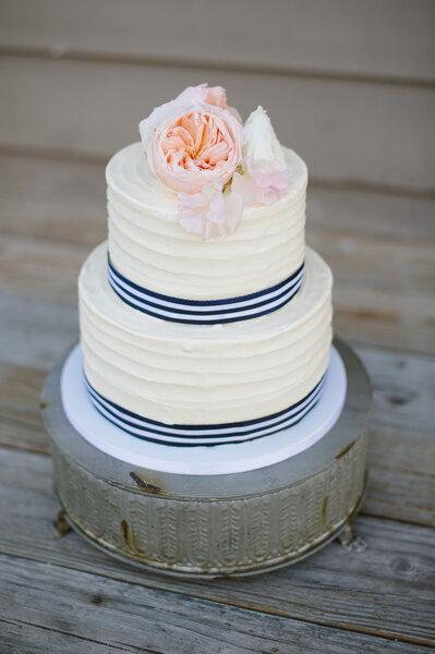 Un pastel de bodas blanco con inspiración náutica - Foto Natalie Franke